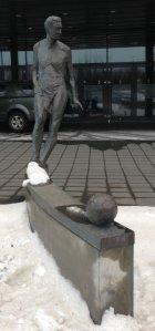 Estatua en honor de Albert Guðmundsson situada ante la sede de la KSÍ